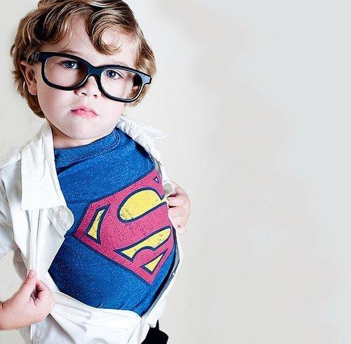 pequeno superman nerd pai