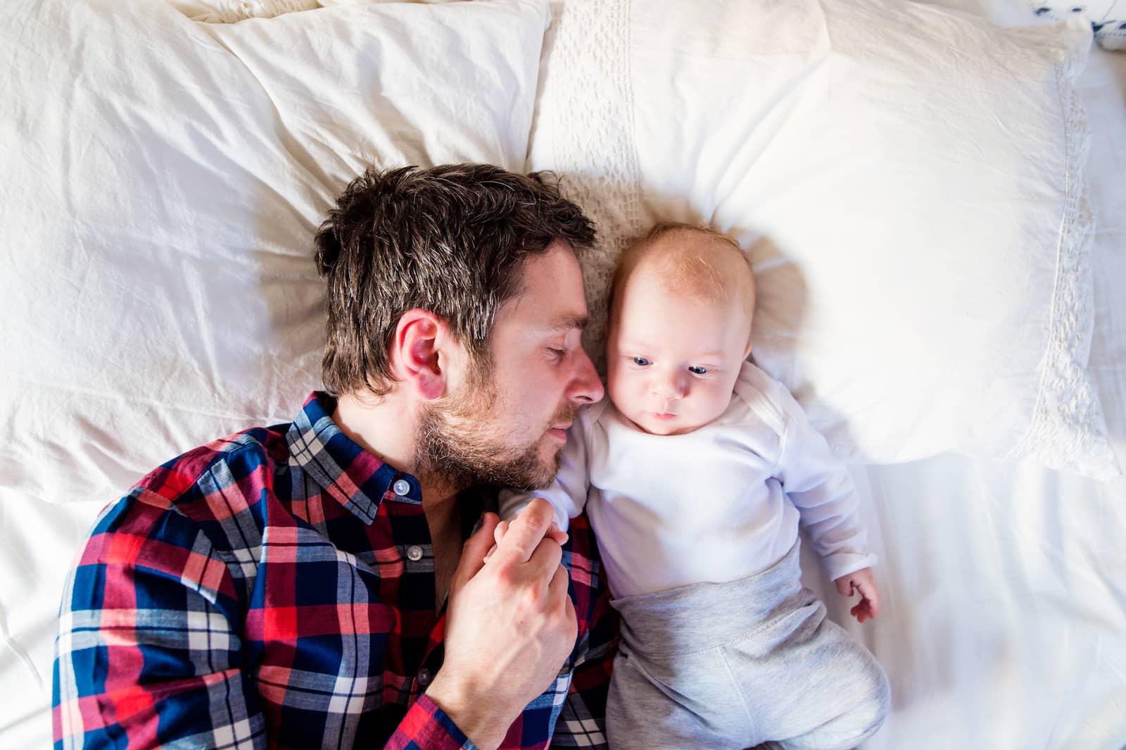 pai dormindo com o filho