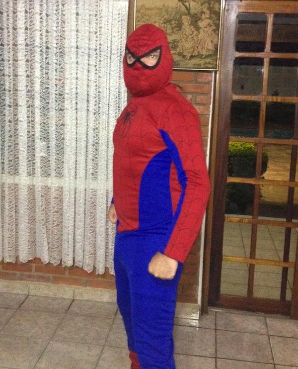 A roupa do Homem-Aranha é uma farsa fantasia carnaval
