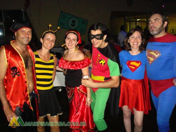 A roupa do Homem-Aranha é uma farsa fantasia carnaval superman