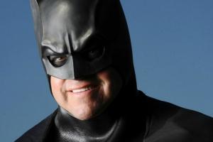 Como é fácil julgar - Batman pego pela polícia dirigindo uma Lamborghini - Lenny B. Robinson