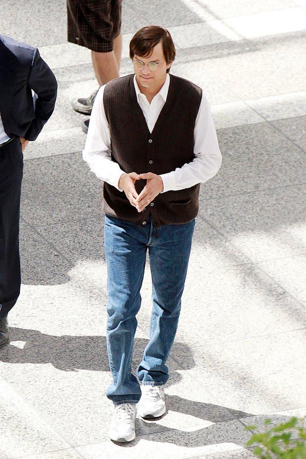Fotos de Ashton Kutcher nas filmagens do filme sobre Steve Jobs