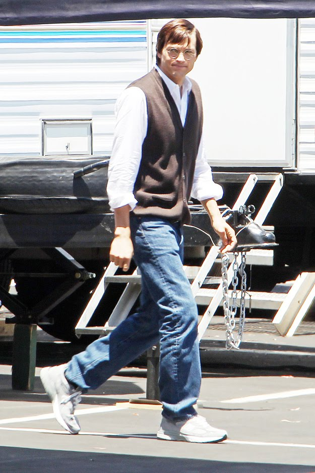 Fotos de Ashton Kutcher nas filmagens do filme sobre Steve Jobs