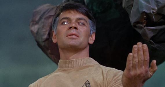 Karl Urban dá com a língua nos dentes e entrega o vilão de Star Trek