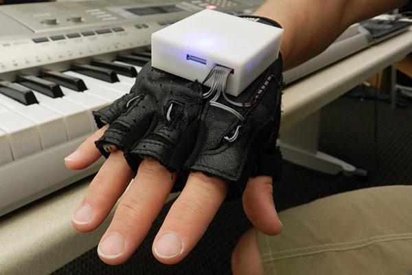Luva eletrônica ensina a tocar piano e ajuda pacientes a recuperar movimentos perdidos