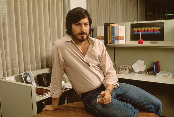 A primeira foto oficial do Ashton Kutcher no papel do Steve Jobs