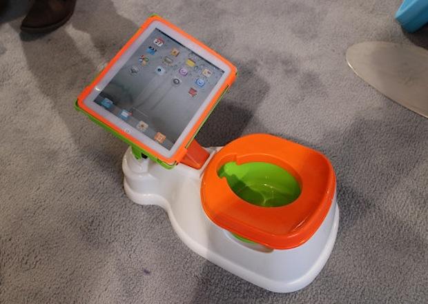 Acessório coloca iPad na privada