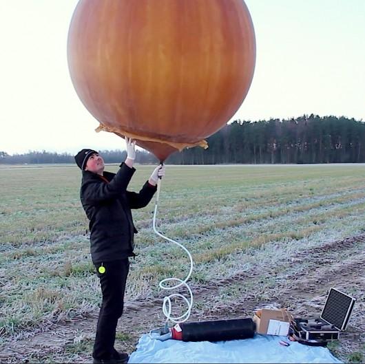Avião de rádio controle é enviado ao espaço e volta para a terra 02