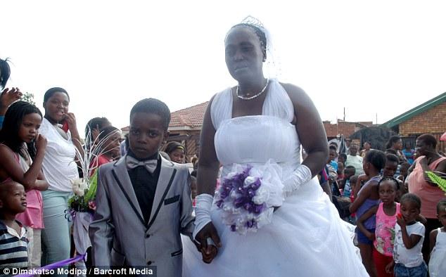 Padawan de 08 anos casa com uma Sra. de 61 anos 01