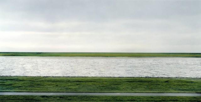01 Rhein II, por Andreas Gursky (1999)