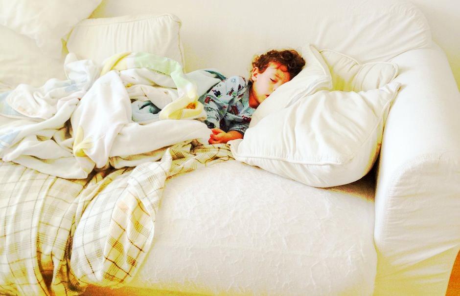 Acordou e foi dormir na sala