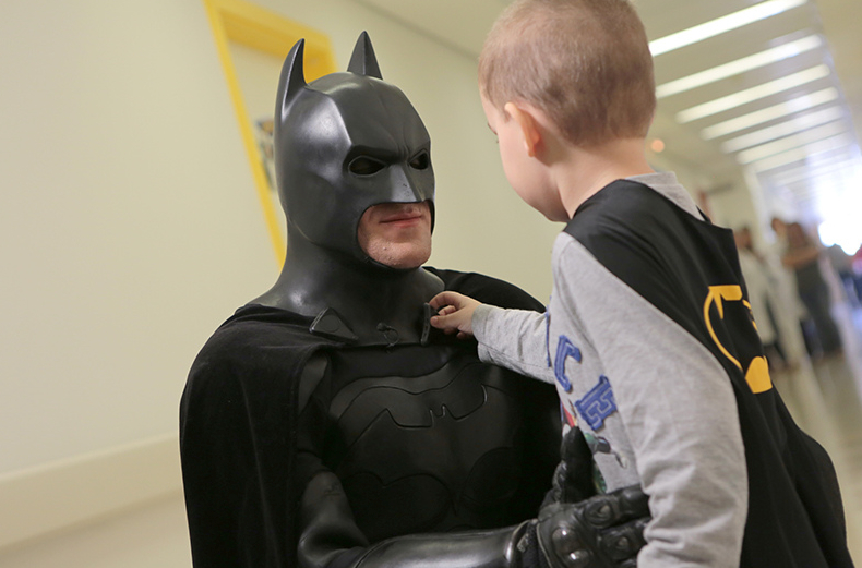 Batman_visita_Oncologia_Pediátrica___Flickr_–_Compartilhamento_de_fotos_