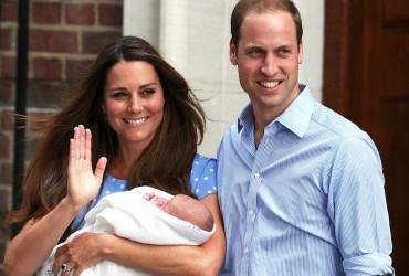 Kate Middleton e príncipe William deixam hospital com bebê real