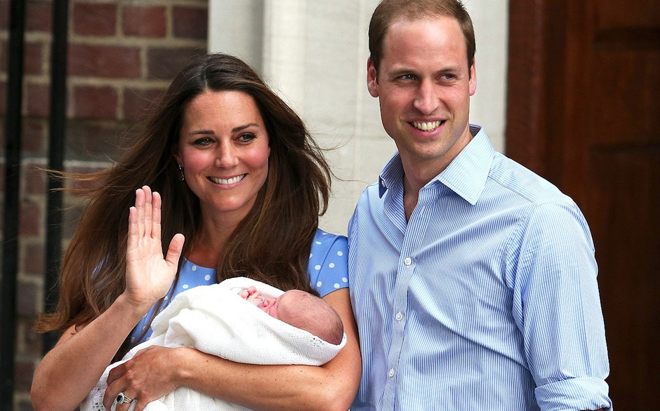Kate Middleton e príncipe William deixam hospital com bebê real