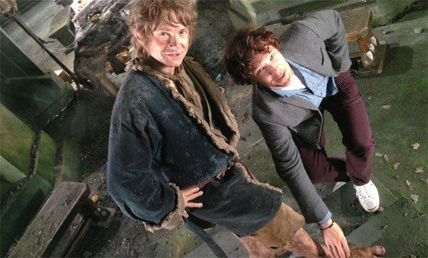 Sherlock coloca a mão no pé de um Hobbit