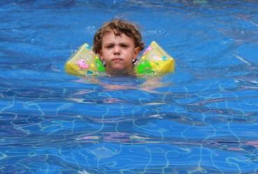Nadando com boia de braços