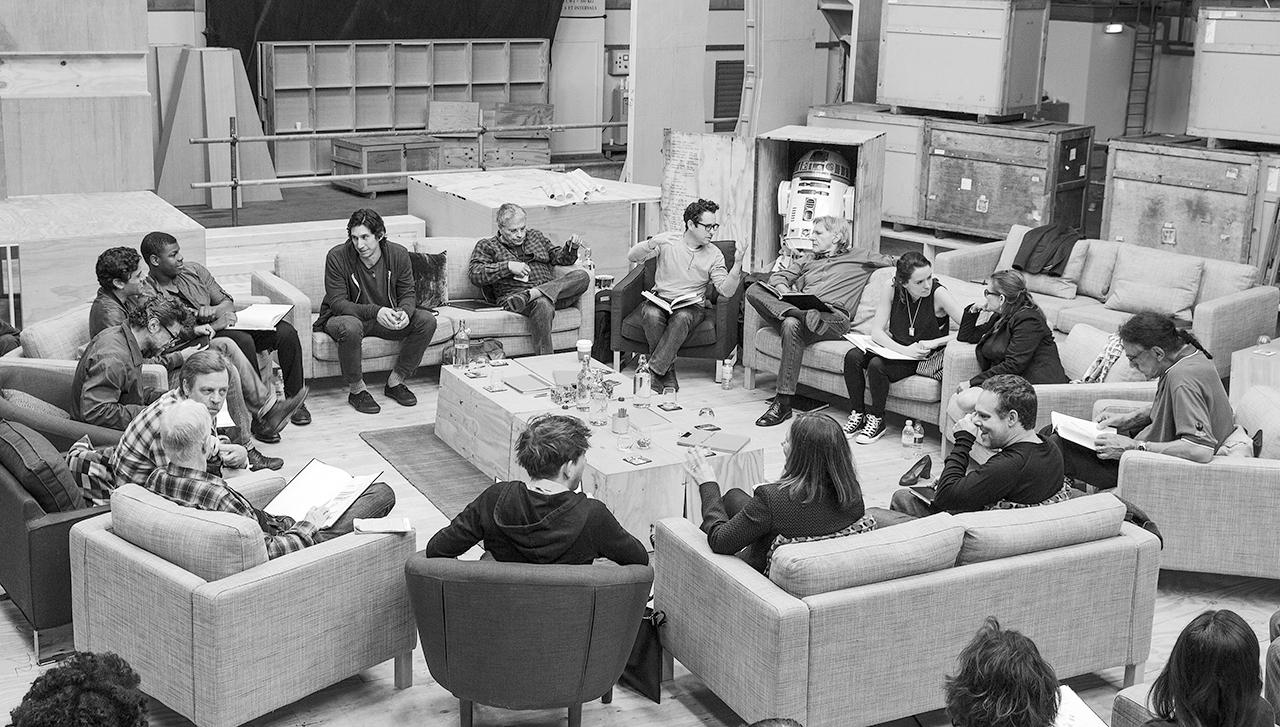 """Estamos muito animado para finalmente compartilhar o elenco de Star Wars:.. Episódio VII É ao mesmo tempo emocionante e surreal para assistir o elenco original amado e esses brilhantes novos artistas se juntam para trazer o mundo para a vida, mais uma vez Começamos fotografar em um par de semanas, e todo mundo está fazendo o seu melhor para fazer os fãs orgulhosos """"."""