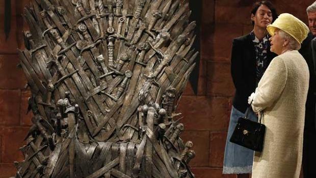 A Rainha Elizabeth visita o set de Game of Thrones e encarou o trono por vários minutos
