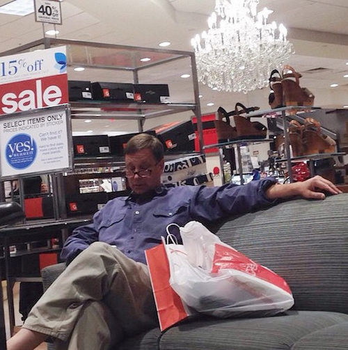 Instagram com fotos de homens esperando mulheres nas compras 01