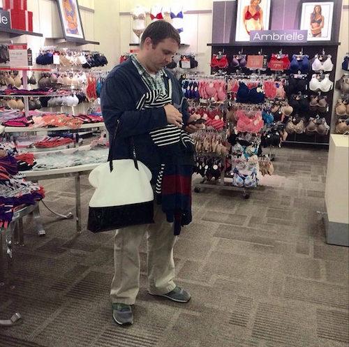 Instagram com fotos de homens esperando mulheres nas compras 03