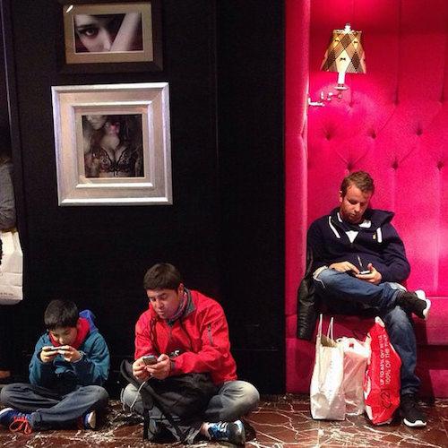 Instagram com fotos de homens esperando mulheres nas compras 09