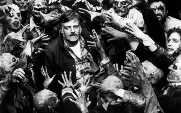 George Romero e os zumbis do filme A Noite dos Mortos Vivos de 1968