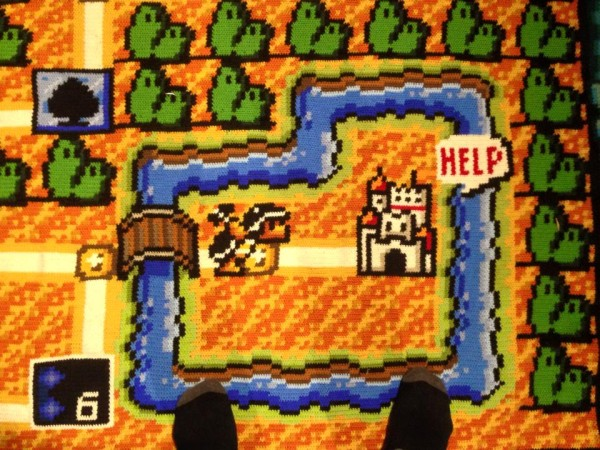 Ser nerd é ficar 06 anos fazendo um tapete de crochê do mapa do Super Mario Bros 02