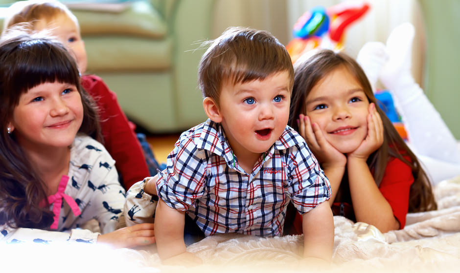 crianças assistindo filme