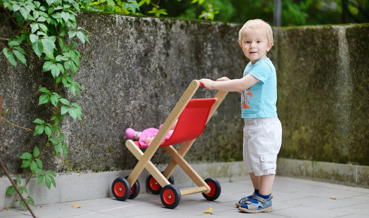 Menino brincando com bonecas ABSURDO