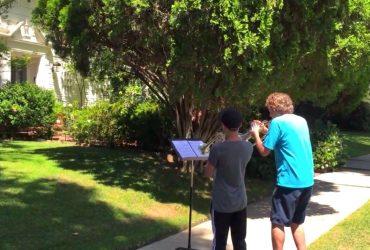 A coragem de dois Padawan ao tocarem Star Wars na frente da casa do John Williams