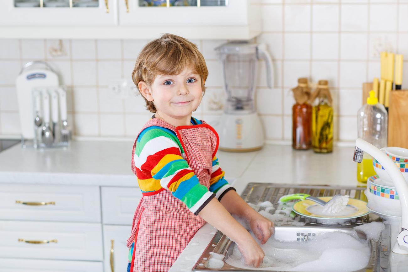 criança arrumando a cozinha