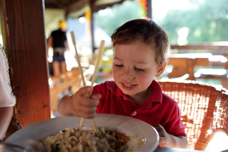 crianças comendo em restaurantes 02