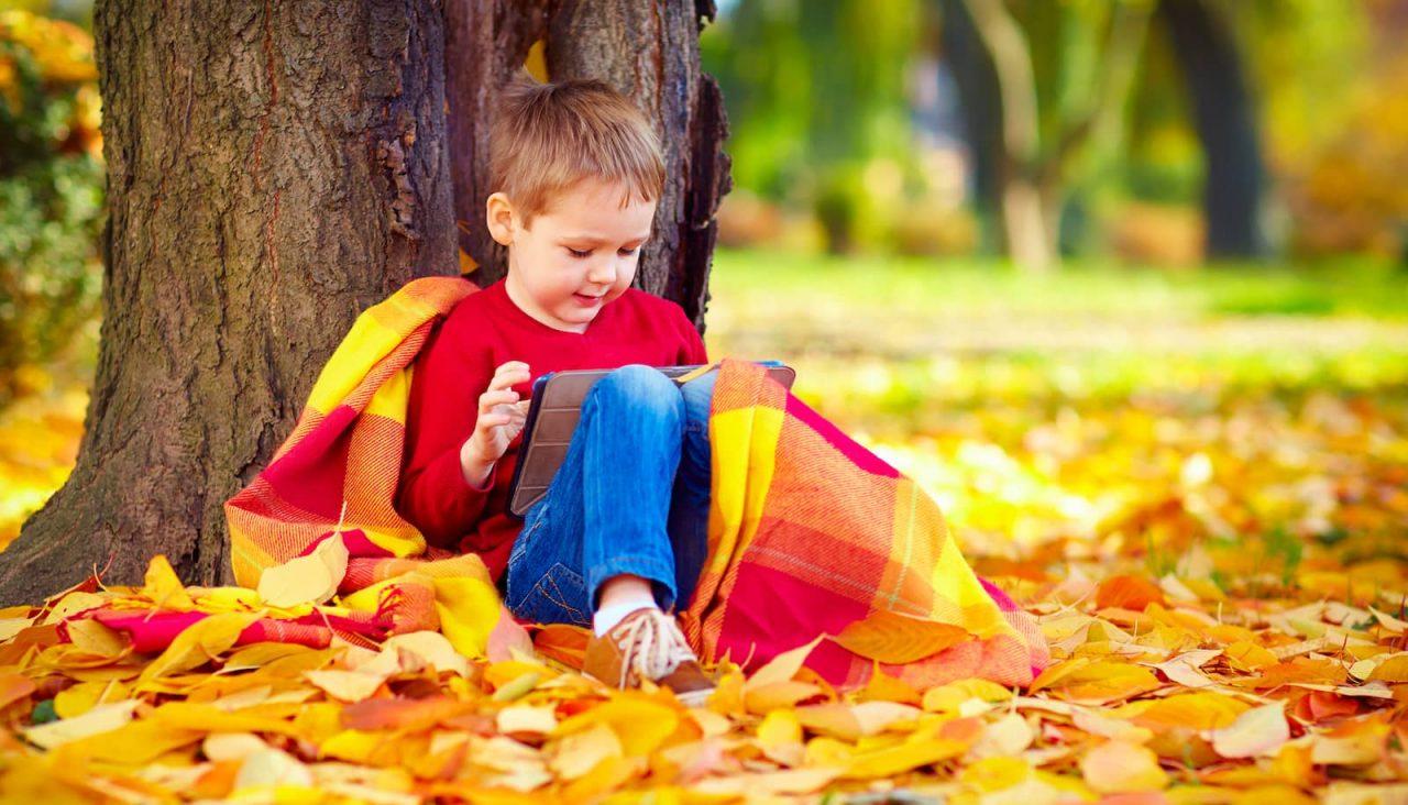 criança com tablet em um parque