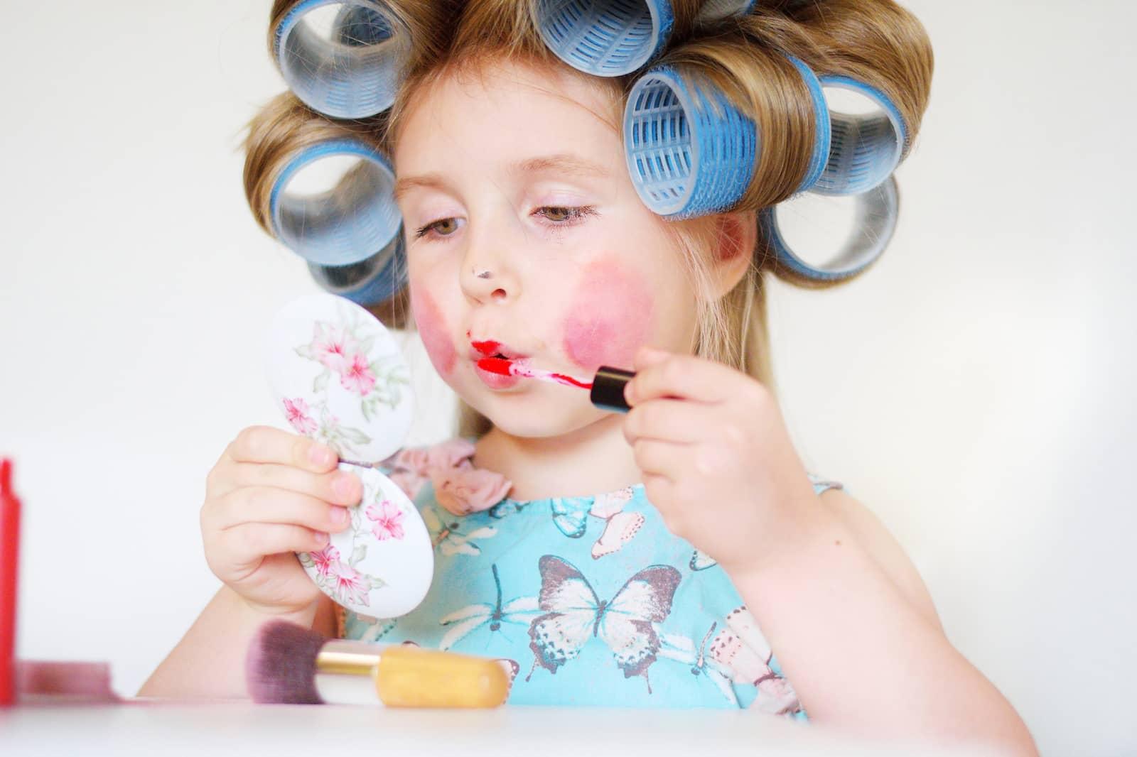 criança se maquiando