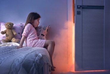 menina na cama medo do escuro