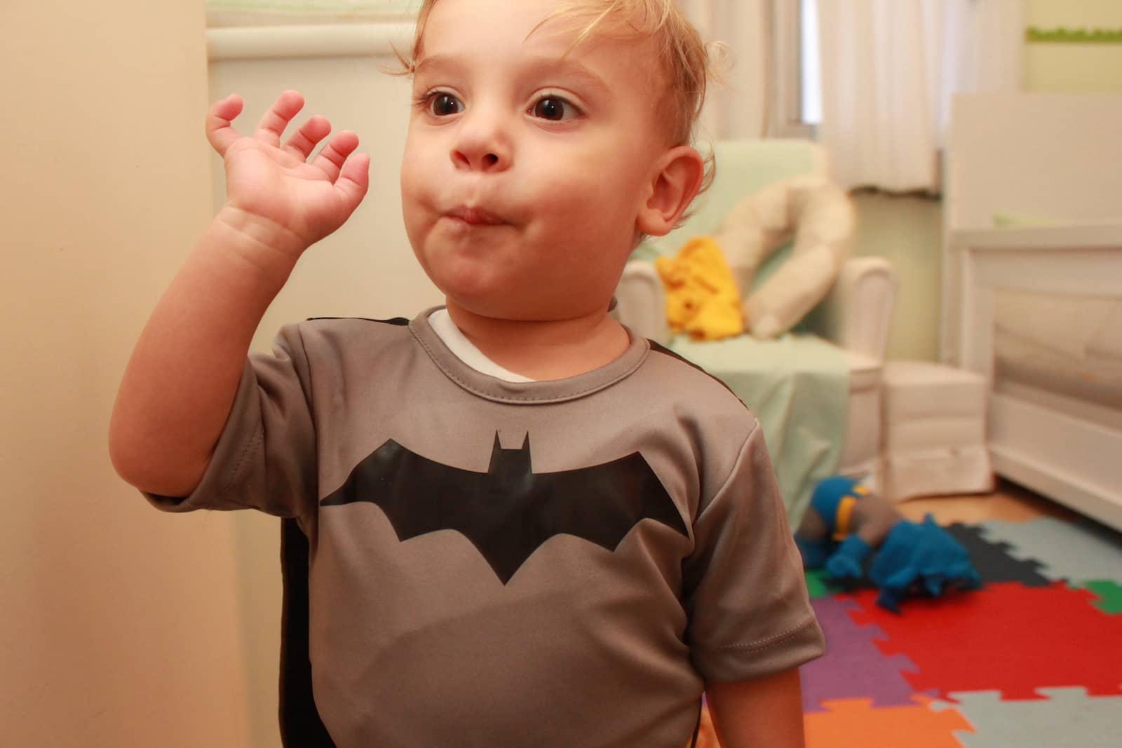Léo com a roupa do Batman 01
