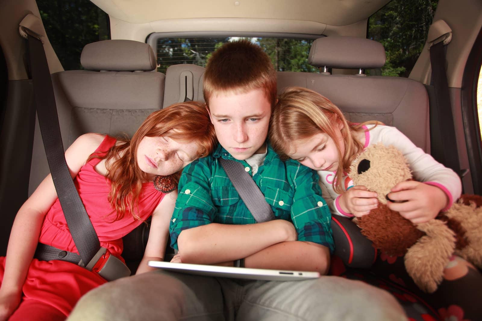 criança com tablet no carro 03