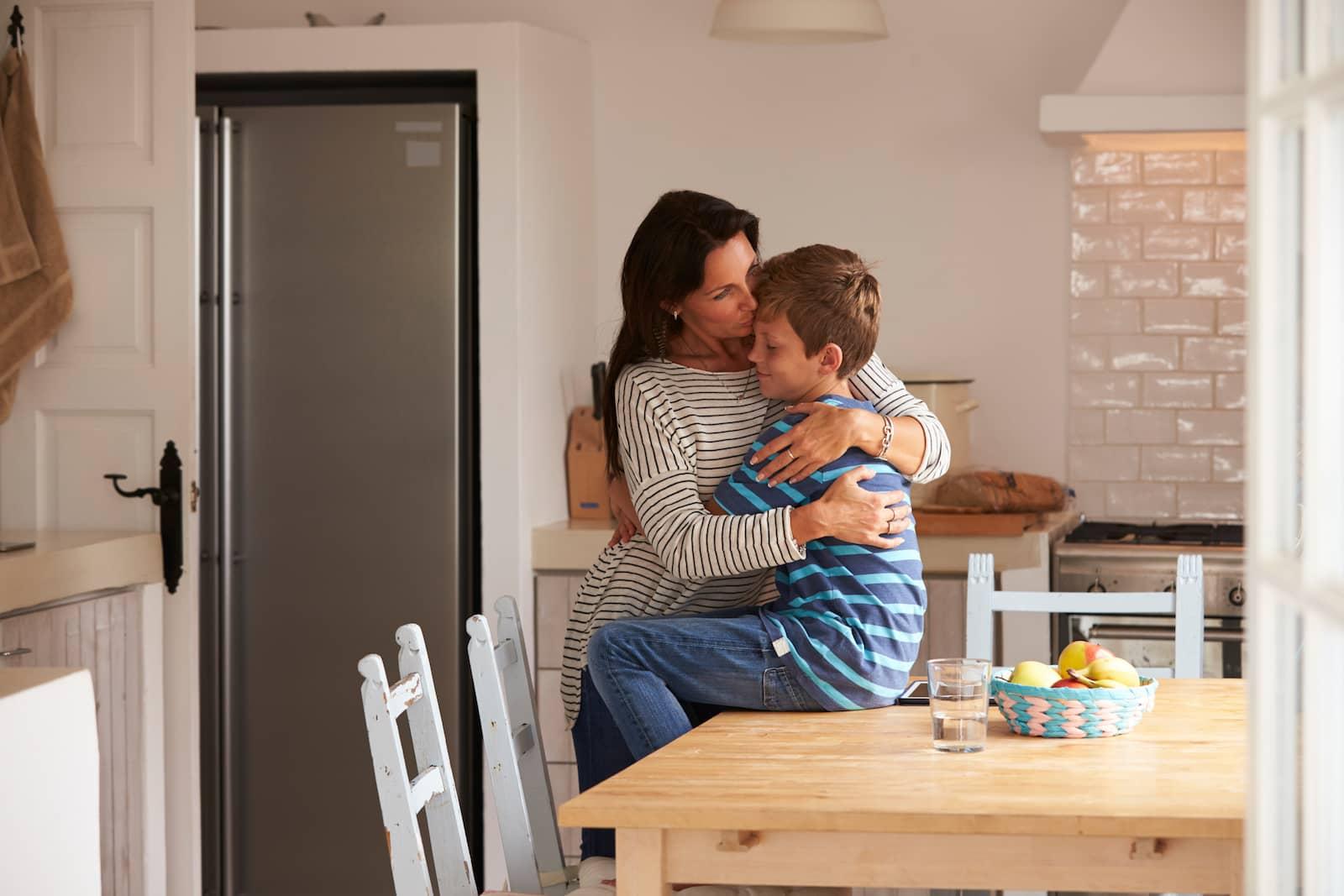 mãe abraçando seus filhos