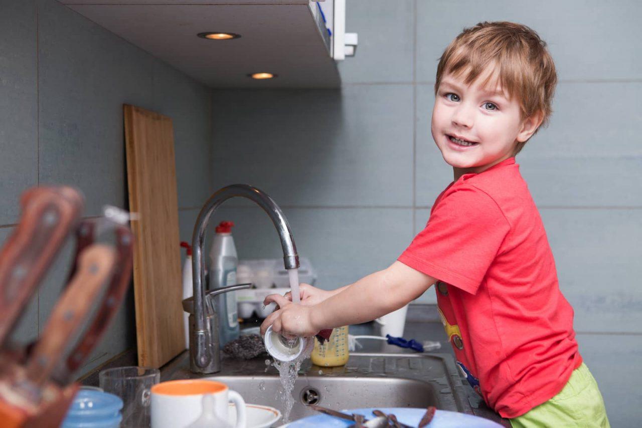 Crianças devem ajudar nas tarefas domésticas?