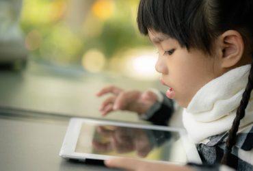 criança com o tablet