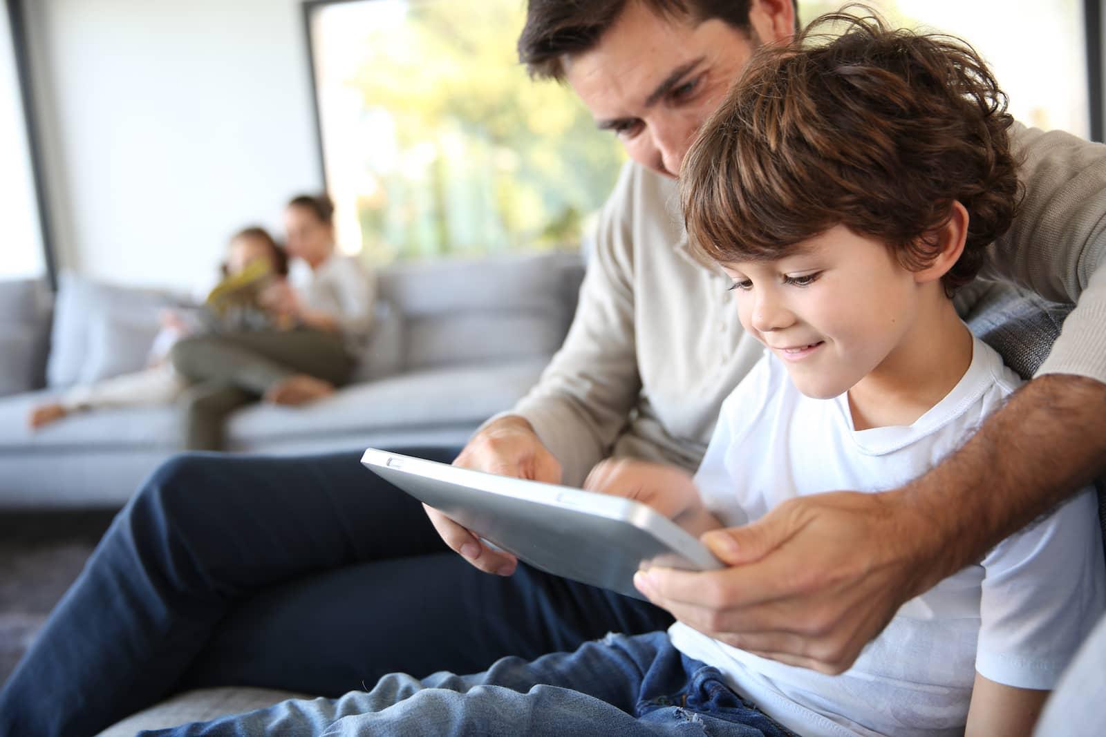 familia com o tablet