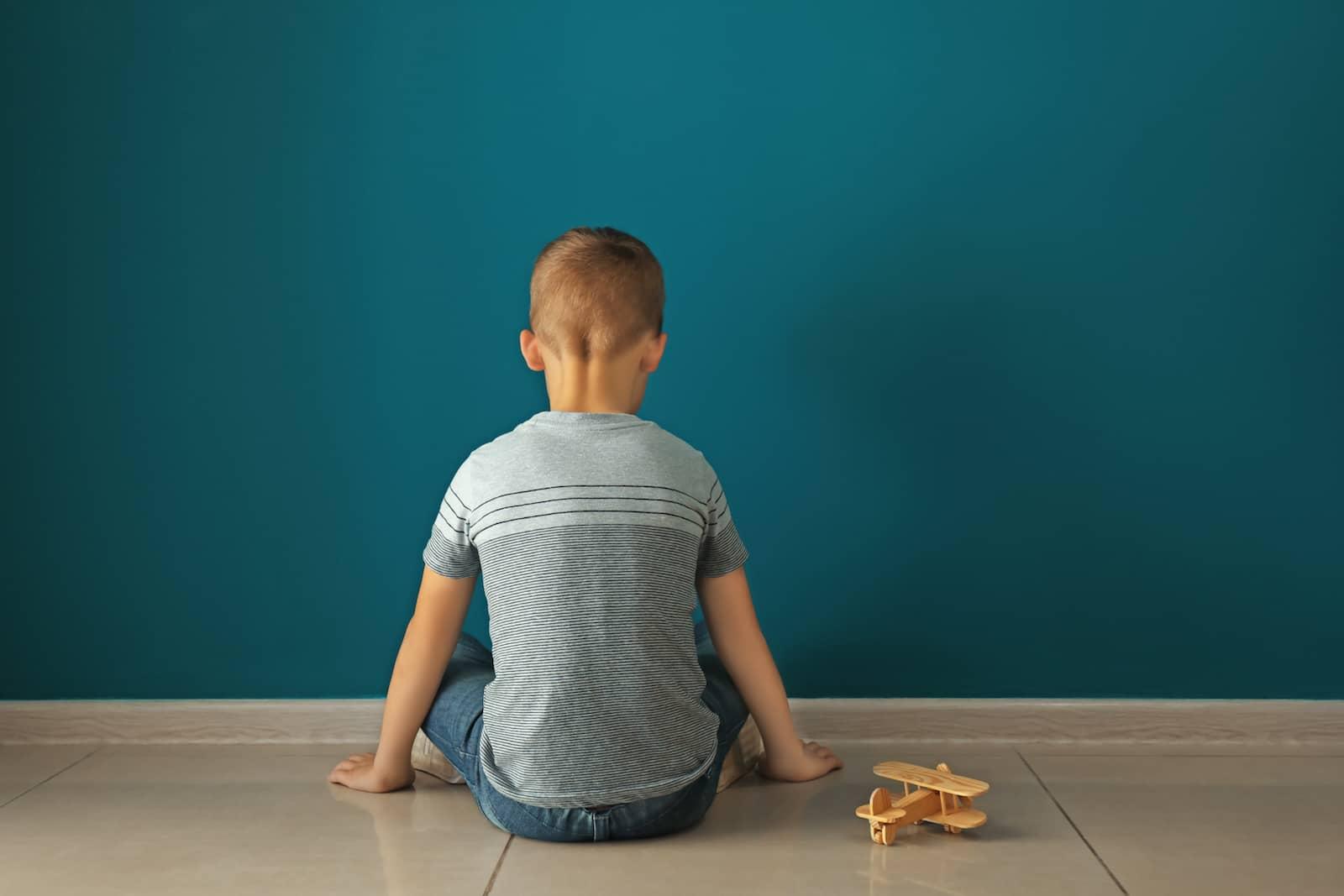 criança olhando para a parede