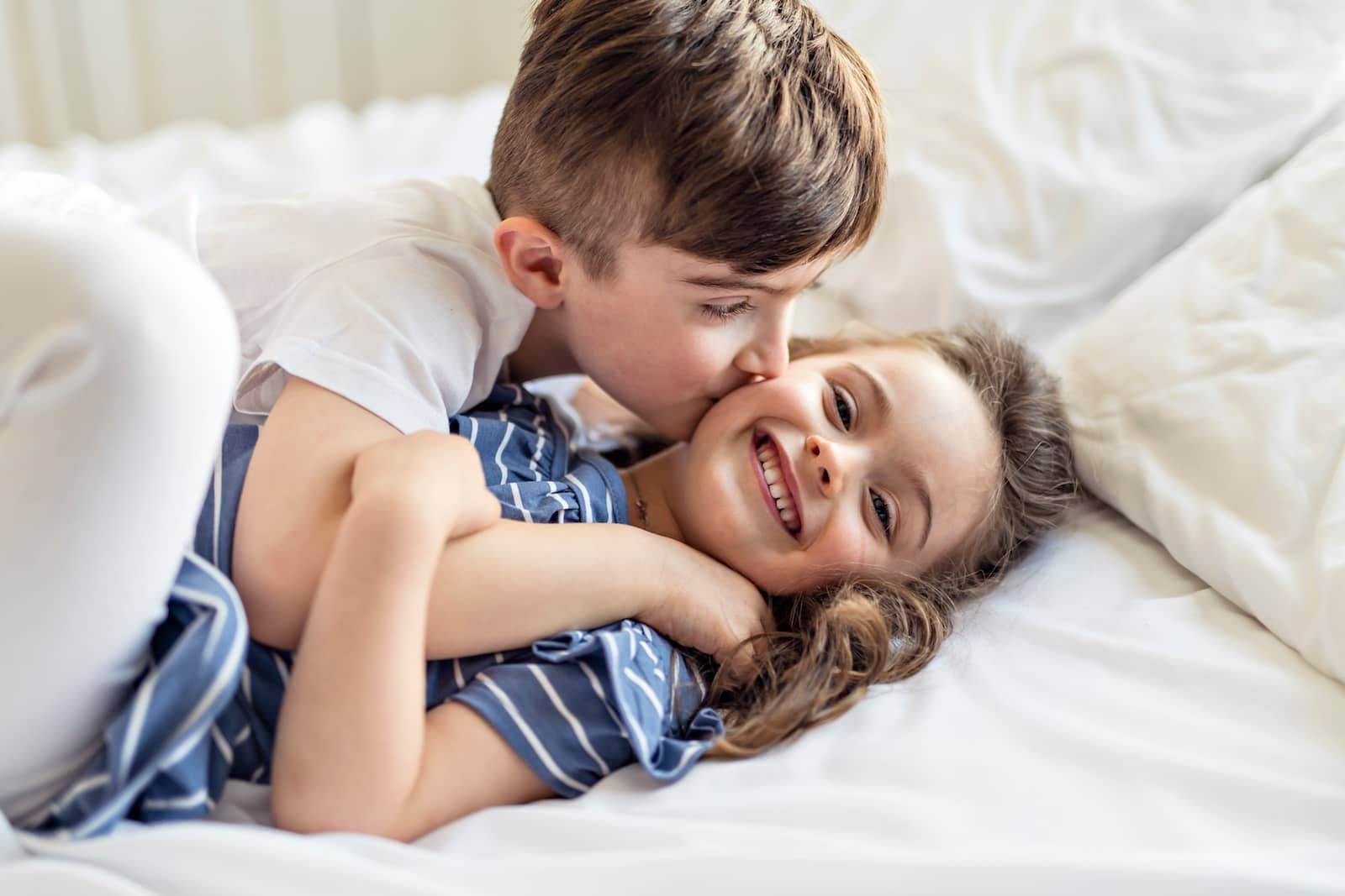 irmãos se beijando
