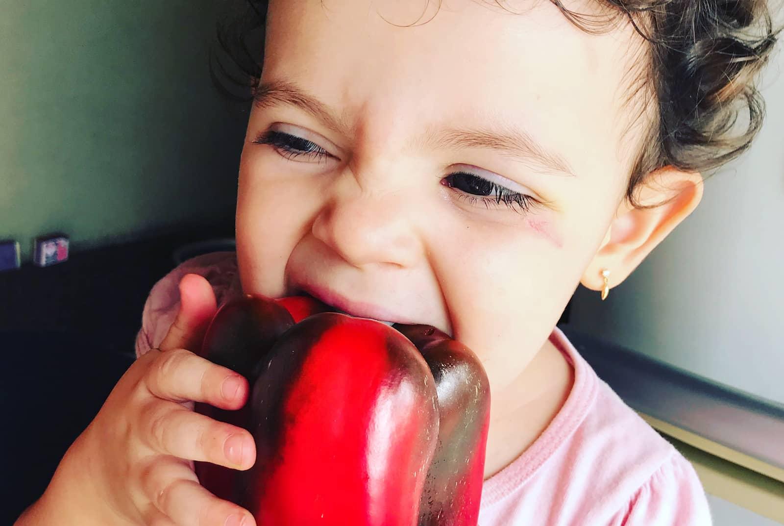 criança comendo pimentão