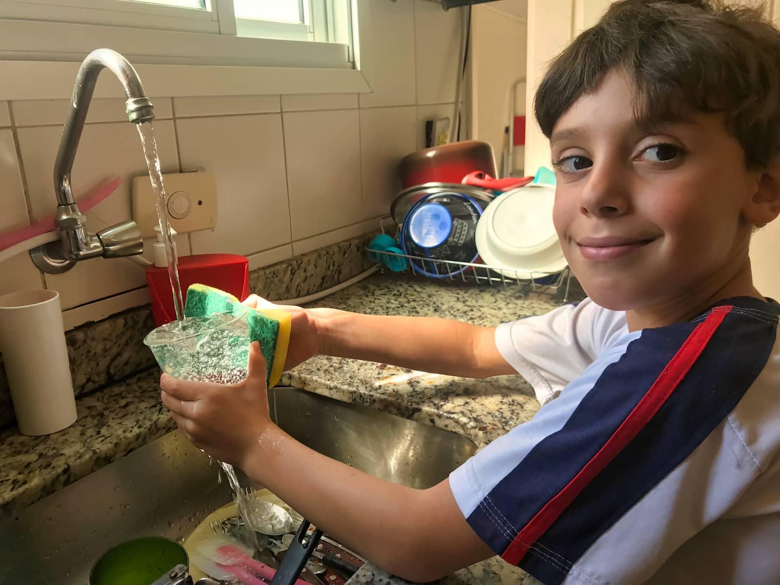 criança lavando a louça