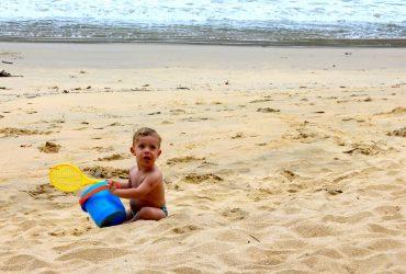 criança na areia