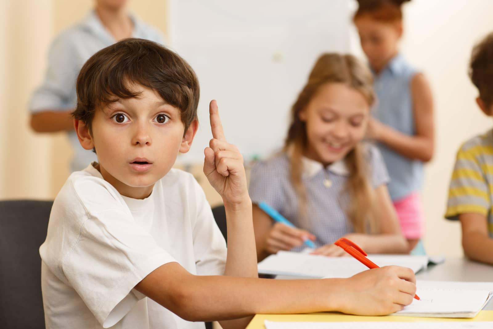 garoto na sala de aula