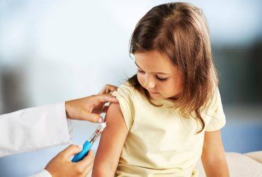 menina tomando vacina