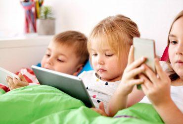 crianças com tablets