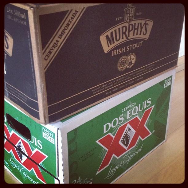 Acabou de chegar aqui uma caixa de Murphy's e outra de Dos Equis. Quem quer tomar uma? :)